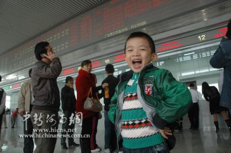 海南儿童兴奋体验东环高铁
