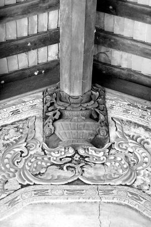 呈长方形,屋顶用竹木金字架为结构,屋檐较高,屋前方开正门,有单间,双