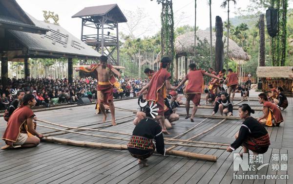 1月31日,黎族同胞海南省保亭县槟榔谷景区表演传统的竹竿舞.