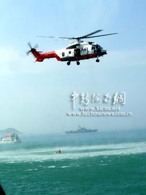 瞬时间遇难船只放出黑烟救援飞机立即赶赴事故现场(邱江波摄)