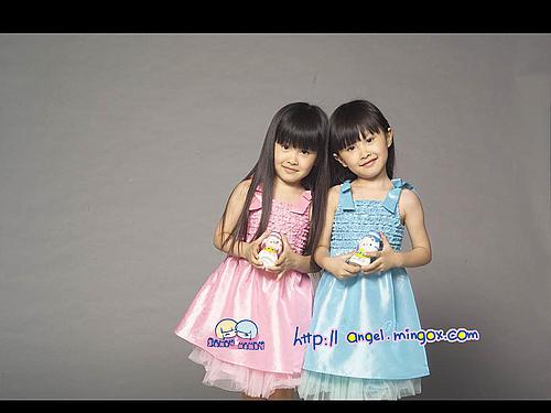 网络人气双胞胎小美女