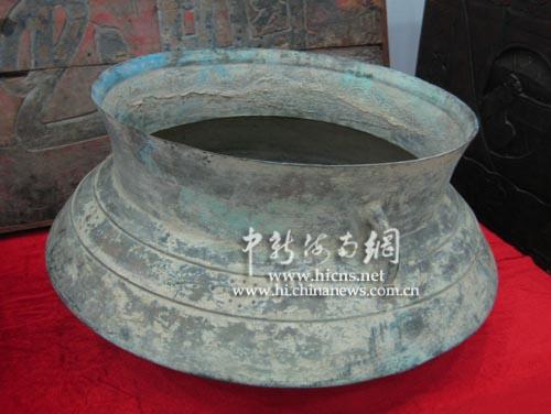 双耳弦纹间莲心纹铜釜是汉武帝派马伏坡将军驻守海南时带