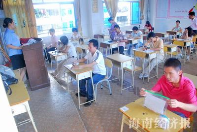 海南省国考_参加海南省公务员笔试的考生在等待发卷     海南经济报资料亚博app官方下载   记