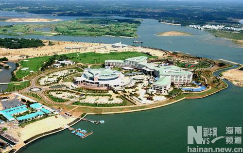 琼海市万泉河入海口处的博鳌亚洲论坛会址知名度不断提高,成为海南岛