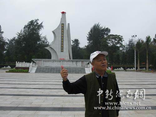 """老战士韦学干在解放海南岛战役烈士纪念碑前向记者讲述""""那过去的故事"""""""