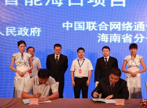 4月28日,海南联通总经理焦刚(右)和海口市常务副市长张磊(左)代表双方