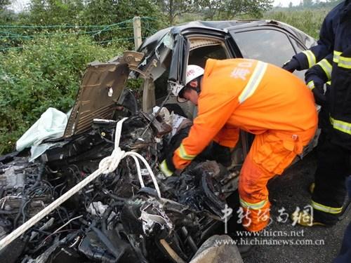 海南东线高速发生严重车祸一人当场死亡 现场惨烈