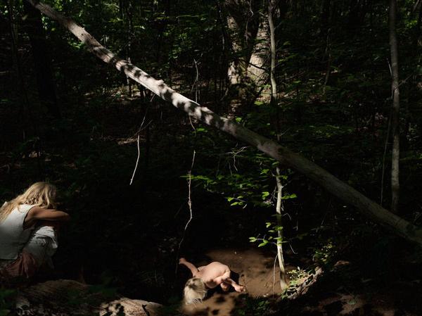 吉尼亚州,两个孩子在一条小溪边玩耍.-现代文明下的原始生活 4图片