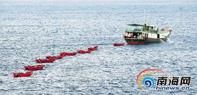 一艘渔船拖着一串小船在西沙永兴岛出海作业.本报记者苏晓杰摄