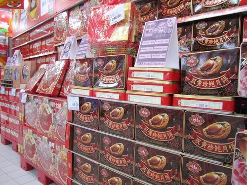 在会上,超市方面向各行各业的企业客户推介了精美的月饼礼盒,进口水图片