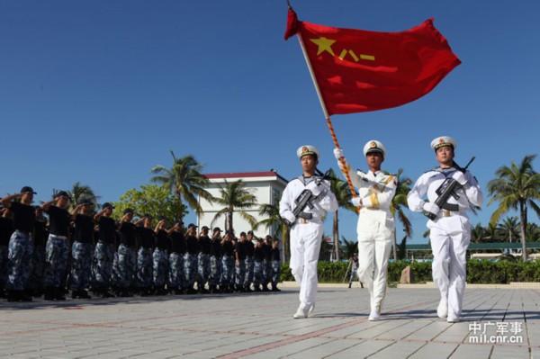 高清:海军西沙水警区组织退伍老兵向军旗告别