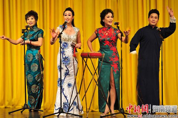 演员表演西河大鼓和京韵大鼓(拼图)——骆云飞摄