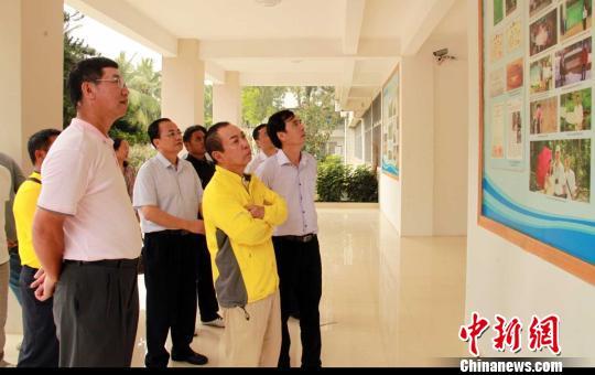 邢李 先生(右二)一行参观海南师范大学.