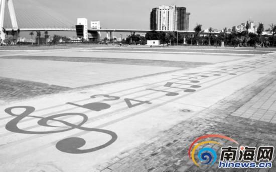 海口市世纪公园音乐广场上的五线谱乐道. 南国都市报记者 贺立樊 摄