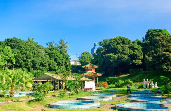 五、蓝洋温泉   有世界奇泉(冷热泉)之称的蓝洋温泉,位于儋州市蓝洋镇峡谷处,距儋州市12公里,该温泉带占地2平方公里,日自流量达2000吨以上,是海南较大的温泉之一。水温43.C至87.C,最高达93.7.C,具有可饮可泡、无色无味的特点。泉水含有氡等微量元素,硫磺含量极少且无异味。理想的保健氡泉为儋州的蓝洋温泉叫响了招牌,也为蓝洋的温泉泡餐引来宾朋满座。砌石为灶,挖坑为锅,沸泉为汤,三五成群地围坐,只管将鱼片、鸡块、猪排、蔬菜搁置其中浸泡,无火无烟,不消片刻,鲜嫩无比并且有特殊清香味的温泉餐天然而