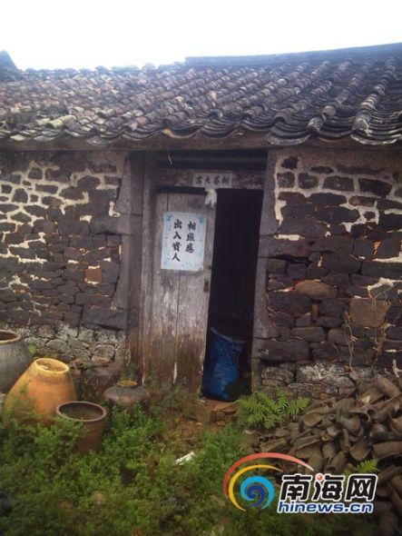 """""""1月13日下午,家住国营南海农场白水塘村的岑大爷,站在新院子里抱着1"""
