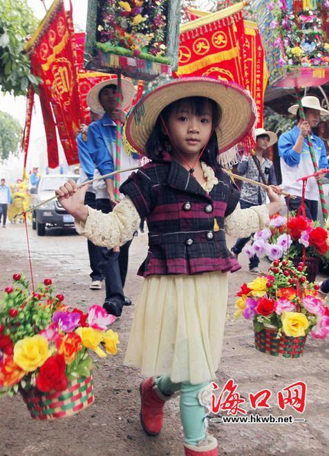 小姑娘提着花篮参加装军巡游.记者 李汉仁 摄