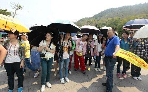 当天上午在南山景区,新导游员们先当游客再当导游,他们在资源导游