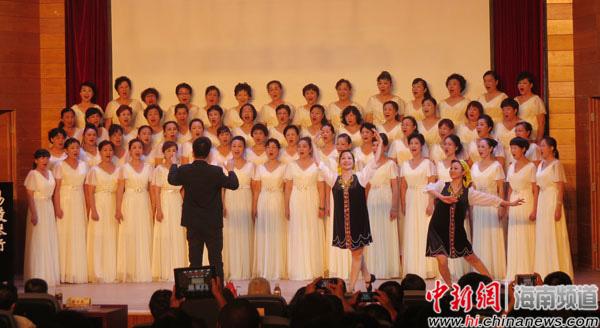 中新网海南频道5月18日电 题:海南爱乐女子合唱团18年越唱越火   记者 张茜翼   海南爱乐女子合唱团今天18岁了。   她们没有停止过用歌声咏颂海南。谈起海南爱乐女子合唱团的组建,团长邢增仪说,这要追溯到18年前的初春。那时,她组建了一支爱乐女子合唱团为参加第四届中国合唱节,凝心聚力的团队首战告捷,勇夺银牌。   本打算唱一唱,乐一乐,打破一个零的纪录已算了结,谁知就像穿上了有魔法的红舞鞋,爱乐从此停不下来了。1996年5月,海南爱乐女子合唱团在一次女子沙龙聚会上成立了。一群来自不同阶