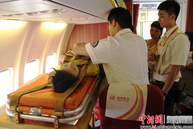 舱并为女孩系上安全带