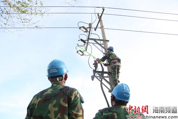 特写:电力工人连续三天三夜抢修 争取早一秒供电图片