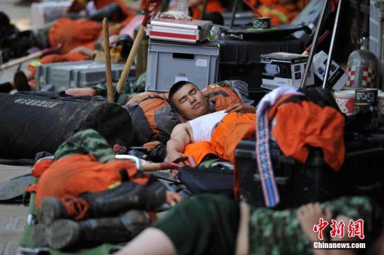 最可爱的人:云南地震灾区席地而眠的救援官兵