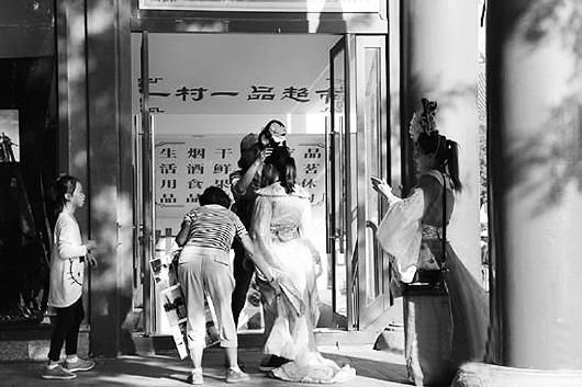 10月5日,大雁塔北广场,仍有不少游客选择古装照相.
