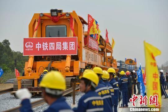 海南西环铁路工程正式铺轨 2015年底开通