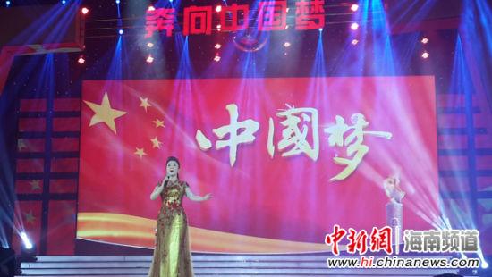 中国著名朗诵艺术家丁建华带来诗朗诵《党旗下的海航人》,海航爱乐