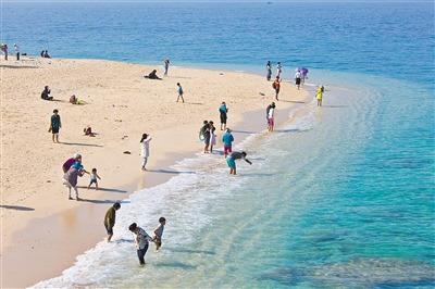 游客在陵水分界洲岛沙滩享受大海.(李幸璜 摄)