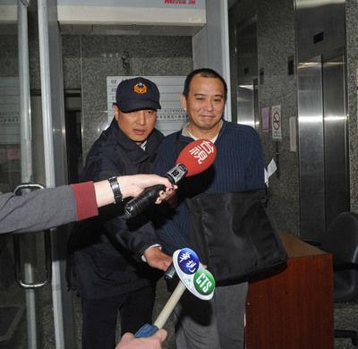靴女在性交_导演张作骥(右)被控性侵案,被依强制性交罪判刑3年10月,10日在台北发