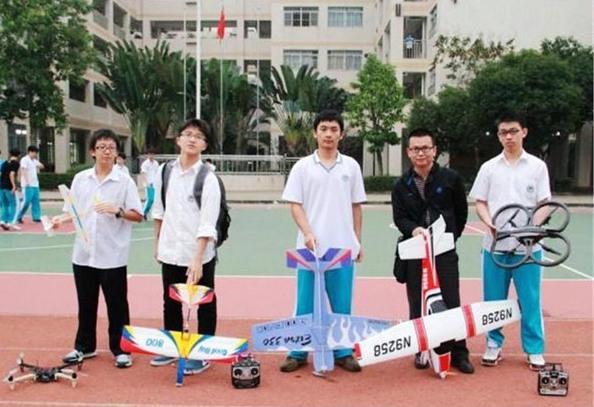 该校航模活动分为纸飞机组,木飞机组,火箭组,固定翼组,多旋翼组.