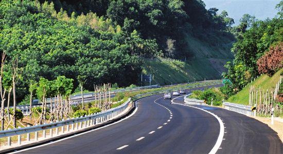 经过三年紧张施工,海南中线高速公路屯昌至琼中段于5月30日建成