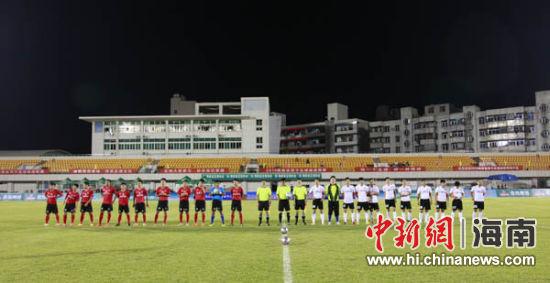 海口佳宁娜红色战车足球队与儋州队打响本届赛事的揭幕战.