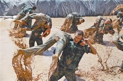 新疆武警歪头暴恐表情:三招逼其冲出持枪分子空白包打电话山洞击毙图片