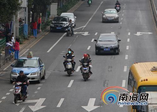 3日,海口大同路,电动车驶上机动车道和汽车抢道.记者汪承贤摄