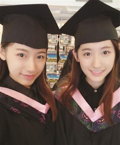 """姐妹俩小时候就拍了""""学士服""""照片,长大后果然梦想成真."""