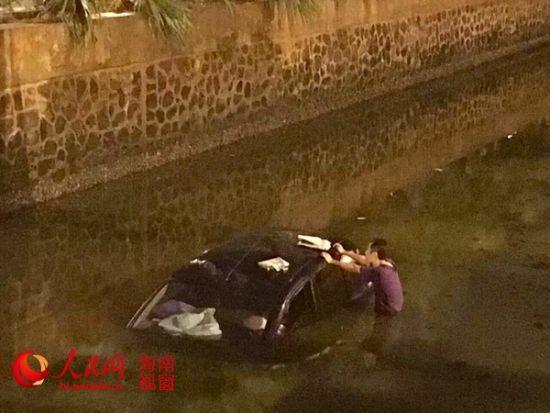 海口一司机喝两瓶啤酒后开车冲进五西路水沟(图)海南