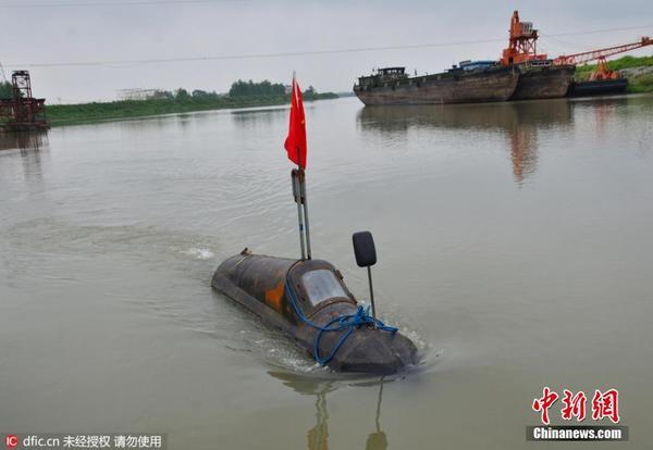 2016年4月27日,安徽省含山县裕溪河支流后河上,由该县运漕镇张渡村村民张胜武发明的新型潜水艇,正在水中演示。今年51岁的张胜武从小就很聪明,初中毕业后,卖过菜,干过木匠,也搞过船运。在外打拼了20多年后,2006年,他在家乡建了一座码头,主要经营建筑材料。   张胜武在做生意的同时,喜欢鼓捣一些小发明。有一天他突发奇想,想自己建造一艘潜水艇。建潜水艇不是一件容易的事,不仅开销很大,可能还有一定的危险性。他的妻子听说后非常反对,所以他一直迟迟没有付诸行动。   直到2014年10月份,妻子回娘家陪伴