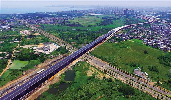 6月4日,在海口市秀英区长彤路附近,海秀快速路高架桥蜿蜒于城市的高