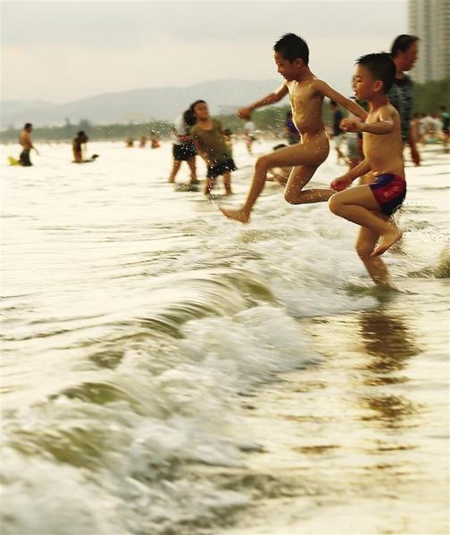 6月3日,小朋友在三亚湾海边戏水玩耍.记者 武威 特约记者 陈文武 摄