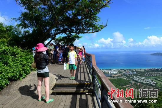 假伊始,海南三亚亚龙湾热带天堂森林旅游区游人如织,热闹非凡.