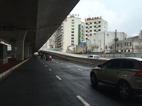 9月4日上午10时,海秀快速路三标段地面机动车道功能性通车仪式在海秀快速路中铁二局管段举行,金牛路以西匝道同时开通,这标志着海秀快速路主城区桥上桥下实现互通,增加了市民出行选择,下一步,海秀快速路将加快施工进度,力争9月30日实现全线地面道路的功能性通车。   据了解,海秀快速路三标段地面道路工程范围西起秀英沟以东300米,沿海秀路向东,终点与现状国兴大道相接,全长6.