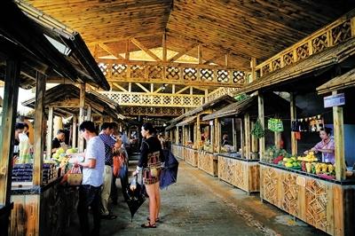 保亭景区为农民免费提供摊位卖水果和特色产品图片