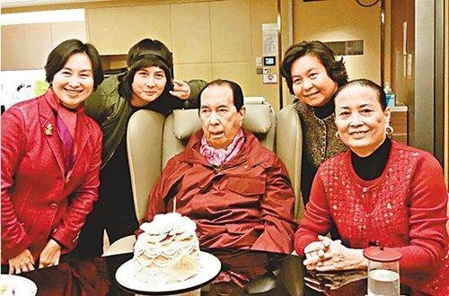 图为何鸿��(中)与蓝琼缨(右一)及女儿何超琼(左一),何超�(右二),何超
