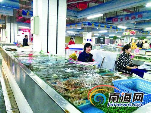 2月3日,记者走进新埠岛海鲜大世界一楼的海鲜销售摊位,发现多家