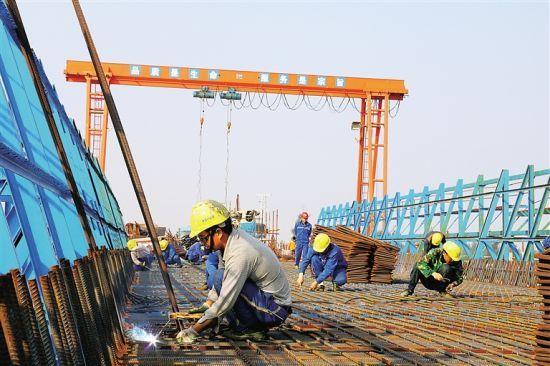 """""""李远明说,他们通过全面实施标准化施工和精细化管理,确保工程进度和"""