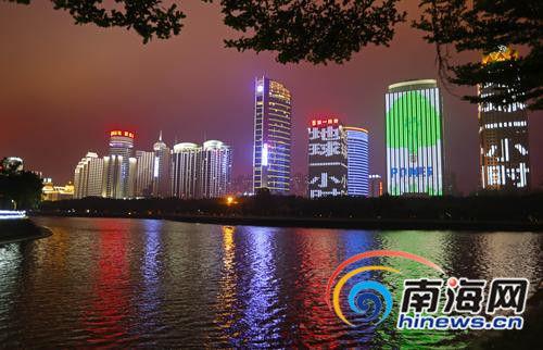 海口市滨海大道一带的夜色景观带格外璀璨迷人.
