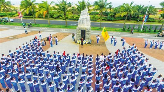 海口市师生前往烈士陵园开展祭扫活动