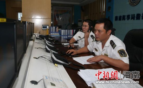 图为海南海事局指挥中心值班人员密切关注台风动向. 何志成 摄